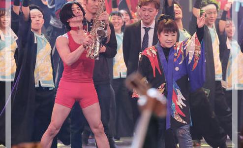 【紅白2018】ソーラン節でサックスを吹いていたマッスルな奏者がイケメンだけど誰?画像